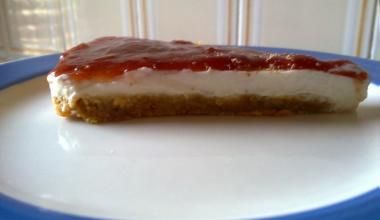 Tarta de nata con galleta y mermelada